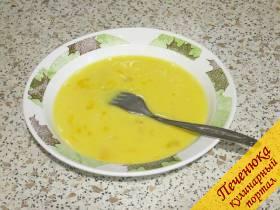 4) Вилкой быстро слегка взбиваем смесь, избегая появления пены. Достаточно просто перемешать яйца и молоко до относительной однородности.