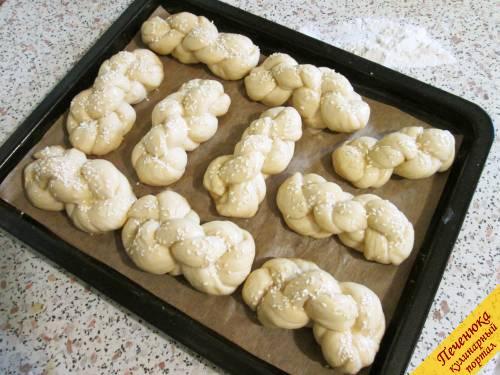 17) Спустя 7 минут снова смазать плетенки яйцом и присыпать кунжутом или маком. Отправить противень в разогретую духовку.