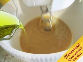 3) Затем влить в смесь часть масла. Когда масса станет однородной, начать подсыпать просеянную муку (добавить к ней разрыхлитель). Торопиться не нужно, важно, чтобы смесь была без комков.
