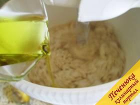 4) Когда масса будет густеть, влить в тесто оставшееся масло.