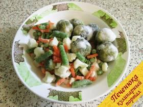 1) Отмерить нужное количество замороженных овощей. В данном случае использую «Летнюю смесь» из цветной и брюссельской капусты, моркови, кабачков, стручковой фасоли. Подойдет и любой другой микс.