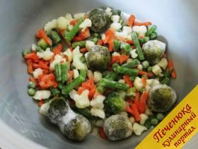 3) Сразу вслед за маслом поместить в чашу овощную смесь. Крышку можно закрыть. Замороженные овощи в мультиварке очень быстро прогреются, поэтому используем их сразу из морозилки. Отсчет времени в режиме «Жарка» начнется с того момента, когда прогреется тэн. Следите за овощами, советую их перемешать 1-2 раза. Через 5 минут самые мелкие из них уже станут теплыми, а более крупные разморозятся.