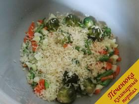 5) Отключить режим жарки, всыпать крупу (в этом рецепте — рис).