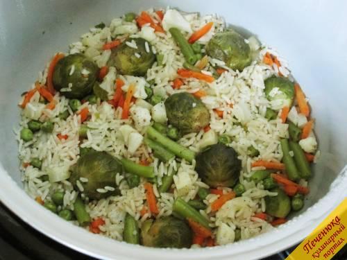 8) Спустя отведенное время крупа и замороженные овощи в мультиварке уже будут готовы.