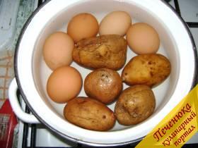 1) Сварить необходимое количество яиц и картофеля. Когда продукты будут готовы дождаться их охлаждения.