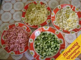 3) Очистить картофель и яйца. Порезать их кубиками. Все оставшиеся ингредиенты порезать таким же способом.