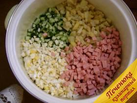 4) Готовые порезанные продукты высыпать в кастрюлю, где и будет находится готовое блюдо.