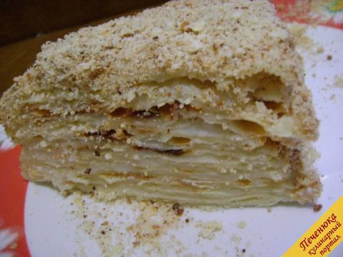 17) Оставить торт хотя бы на три часика. По истечению времени можно приступить к десерту. Торт Наполеон должен получиться нежным, сочным и очень вкусным.
