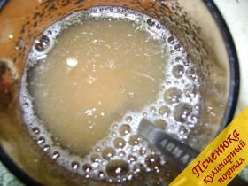 7) Пока застывает желе и остывает готовый бисквит приготовим сметанное желе. Поместить в чашку 20 гр. желатина, залив его кипяченной холодной водой (где то 100 гр. воды).
