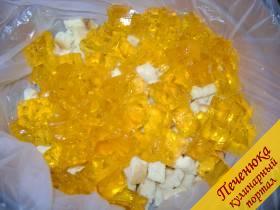 9) Бисквит измельчить на небольшие кубики. Готовое желе из трех цветов также измельчить.<br /> Вот таким образом: на дно положить немного бисквита, потом одно из цветных желе.