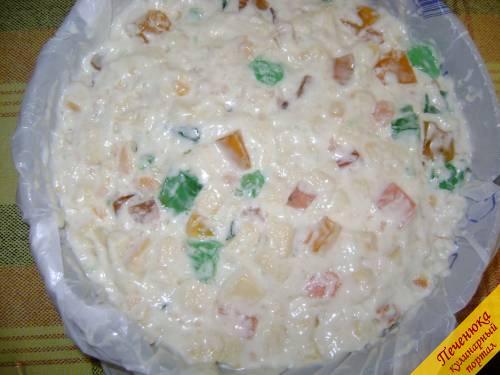 11) Всю полученную массу залить сметанным желе, аккуратно перемешать ложкой и поместить в посуду круглой формы, а на дно положить полиэтиленовый пакет, чтобы торт хорошо отслоился.