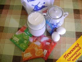 Для бисквита:<br /> - 2 яйца;<br /> - 5 ст. ложек сахара;<br /> - 5 ст. ложек муки;</p> <p>Для торта:<br /> - 3 пакетика желе разных цветов;<br /> - на каждый пакет желе весом 90гр. - 300мл. воды;<br /> - 700 гр. сметаны;<br /> - 5-6 ст. ложек сахара;<br /> - 20 гр. быстрорастворимого желатина.