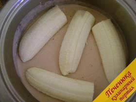 7) Когда масса с добавлением шоколада застынет - положить поверх нее дольки банана.