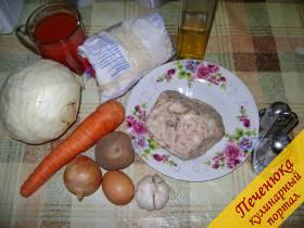 Фарш (говядина с индейкой или курицей) 400 г, рис 100 г, морковь 1 шт., капуста белокочанная 100 г, картофель 1 шт., лук 1 шт., перец (по желанию) по вкусу, соль по вкусу, зелень (по желанию), чеснок 1-2 зубца.</p> <h3>Для подливы:</h3> <p>Вода или бульон 100 мл, томатный сок 250 мл, соль по вкусу.