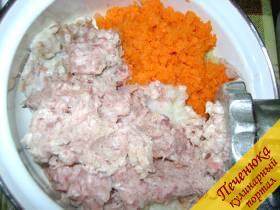 1) Для начала сварить рис до полной готовности в слегка подсоленной воде. Почистить лук, морковь, картофель, все овощи промыть. Готовый рис, охладить, что бы он не был горячим. Пропустить его через мясорубку, также пропустить мясо (у нас уже готовый фарш), морковь, лук, картофель, капусту.