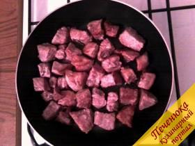 2) Далее на глубокой сковороде обжариваем мясо на растительном масле на сильном огне в течение 5 минут. Мясо не должно обгореть, а должно покрыться румяной корочкой.