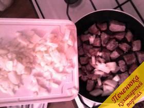 3) Нарезаем репчатый лук средними кубиками и добавляем к мясу.
