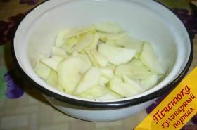 1) Яблоки моем, очищаем от кожицы и нарезаем тоненькими ломтиками.