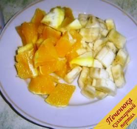 3) Очищаем банан и апельсин от кожуры, нарезаем банан кружочками, а апельсин кубиками.