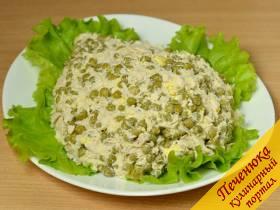 3) Полученную салатную массу выложить на вымытые и обсушенные бумажным полотенцем салатные листья, придать форму туловища ежа.