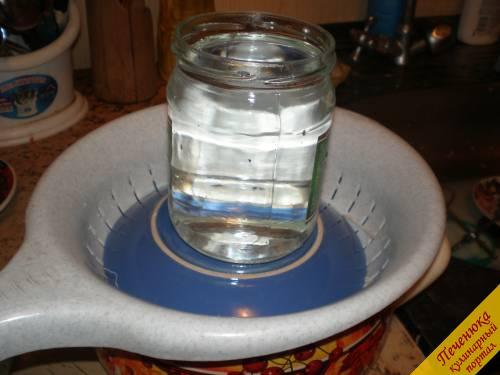 6) Потом накрыть образовавшийся творог концами марли, которые свисали. Положить сверху тарелку, а на нее поставить пол-литровую банку с водой для гнета. Пусть так постоит пару часов, пока стечет вся сыворотка. Потом можно в холодильник на пару часов или на ночь.