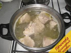 3) Когда мясо сварилось, получился очень жирный и наваристый бульон.