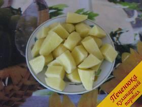 2) Картофель почистить и нарезать крупными кусочками. Крупно нарезанный картофель, это еще один отличительный признак шурпы от обычных супов.