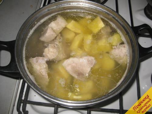 4) Нарезанный картофель добавит в бульон, посолить и варить 20 минут. Картофеля в шурпе должно быть не много, но больше, чем других овощей.