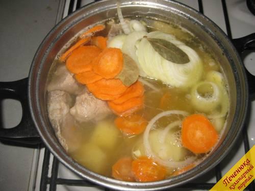 5) Лук и морковь нарезать кольцами и добавить в бульон, с уже сваренным картофелем. Советую вместе с овощами, добавить в бульон лавровый лист, который, придает бульону особый, пикантный привкус.