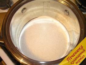 2) Как делать карамель? Сахар высыпать в кастрюлю с толстым дном и поставить на сильный огонь.