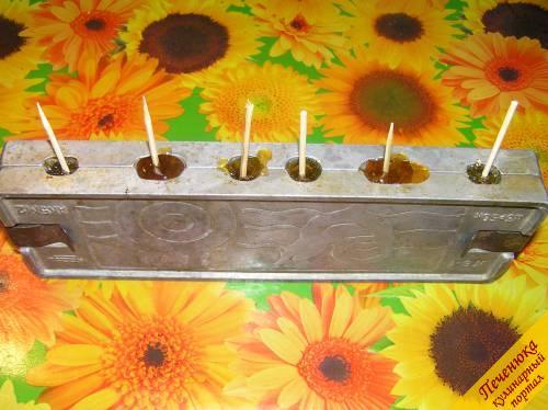 5) Как делать карамель фигурную? Убавить огонь до минимального и аккуратно залить смесь в формы, сразу же вставляя в каждую конфетку палочку.
