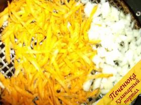 2) На сковородку налить подсолнечное масло, пожарить овощи - морковь вместе с луком, до нежного золотистого цвета, в конце обжаривания добавить муки и прожарить еще 2-3 минуты. Отдельно, на второй сковороде, на подсолнечном (а лучше - на сливочном масле, тогда вкус будет еще нежнее)обжарить нарезанные грибы. Накрыть сковороду крышкой, чтобы грибы дали сок. Когда сок испарится, минуту-две продолжаем поджаривать.