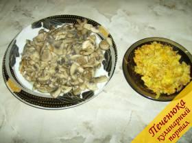 3) А затем грибы выложить в кастрюлю, где уже варится картофель. На сковородку, где обжарились овощи с мукой, долить воды, чтобы получился соус с консистенцией жидкой сметаны. Вылить соус в кастрюлю и оставляем ее на медленном огне.