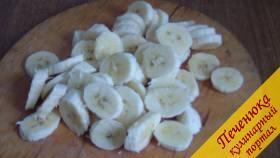 1) Для приготовления варенья из бананов нам потребуются спелые, но не перезревшие, бананы. Прежде всего очистим наши бананы от кожуры, порежем каждый фрукт не очень толстыми колечками.