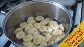 3) После закипания сиропа, добавляем порезанные бананы в кастрюлю.