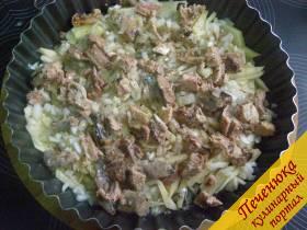 6) Выложить порезанный картофель в форму. Посолить и поперчить. На картофель выложить половину порезанного лука. Поверх лука равномерно разложить консервированную рыбу.