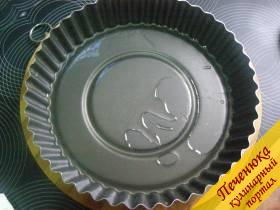 5) Форму для пирога смазать 1 ст. ложкой растительного масла.