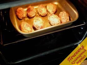 9) Затем обжаренные зразы выложить на противень, смазанный растительным маслом, и поместить в духовку. Запекать при температуре 180 градусов на 10-15 минут.
