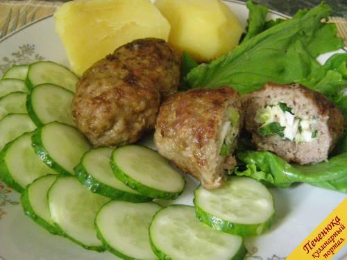 10) По истечении указанного времени достать зразы из духовки. Подавать мясные зразы с отварным картофелем и свежими овощами.