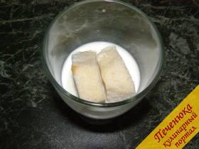 1) С белого хлеба срезать корочки. Замочить кусочки хлеба в молоке. Затем слегка отжать хлеб, и положить его в мясной фарш.