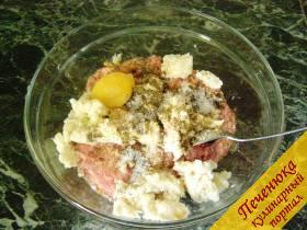 2) Вбить в фарш одно сырое яйцо. Если фарш жидкий, нужно использовать только желток яйца. Фарш посолить и поперчить.