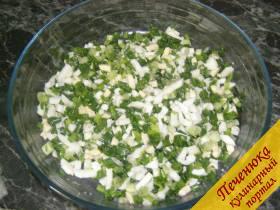4) Приготовить начинку. Сваренные вкрутую яйца мелко порубить. Зеленый лук мелко порезать. Смешать яйца и лук, немного посолить.