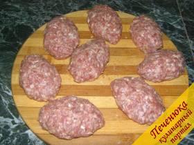 6) Края мясной «лепешки» аккуратно соединить в виде пирожка.