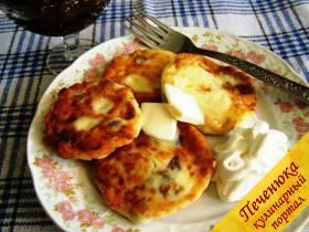 7) Выложить горячие и румяные сырники на тарелку.<br /> Подавать горячие сырники с изюмом на завтрак. Очень вкусны они со сливочным маслом, сметаной или джемом.<br />