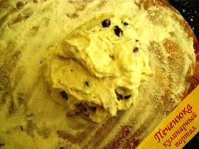 3) Разделочную доску посыпать мукой. Полученную массу для сырников выложить из миски на разделочную доску.