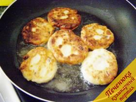 6) Обжарить сырники на сковороде в разогретом растительном масле. Жарить сырники следует на небольшом огне с обеих сторон до образования румяной красивой корочки.