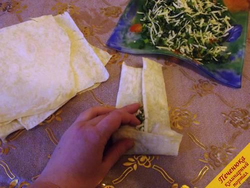 6) Заворачиваем сыр с зеленью в листок лаваша. Армянский лаваш с начинкой уже почти готов.