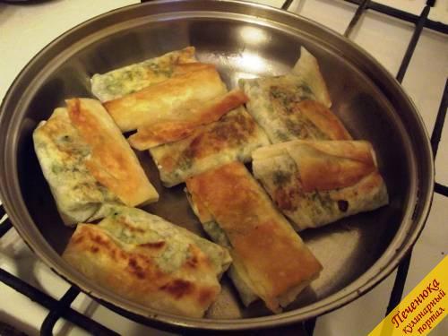 8) Обжариваем армянский лаваш с начинкой на сковороде с растительным маслом до румяной корочки. По времени это примерно по 2-3 минуты на каждую сторону. Лучше на тихом огне, чтобы сыр внутри успел расплавиться. Есть их лучше горячими с чаем или молоком.