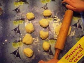 11) Тесто разделяем на небольшие кусочки и раскатываем каждый под будущий картофельный пирожок с грибами.