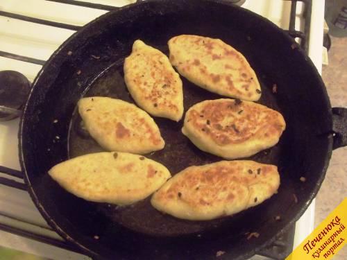 14) Их осталось поджарить на хорошо разогретой сковороде с двух сторон. Подавайте со сметаной. Из 4-х средних картофелин и 6 шампиньонов получилось 9 пирожков.